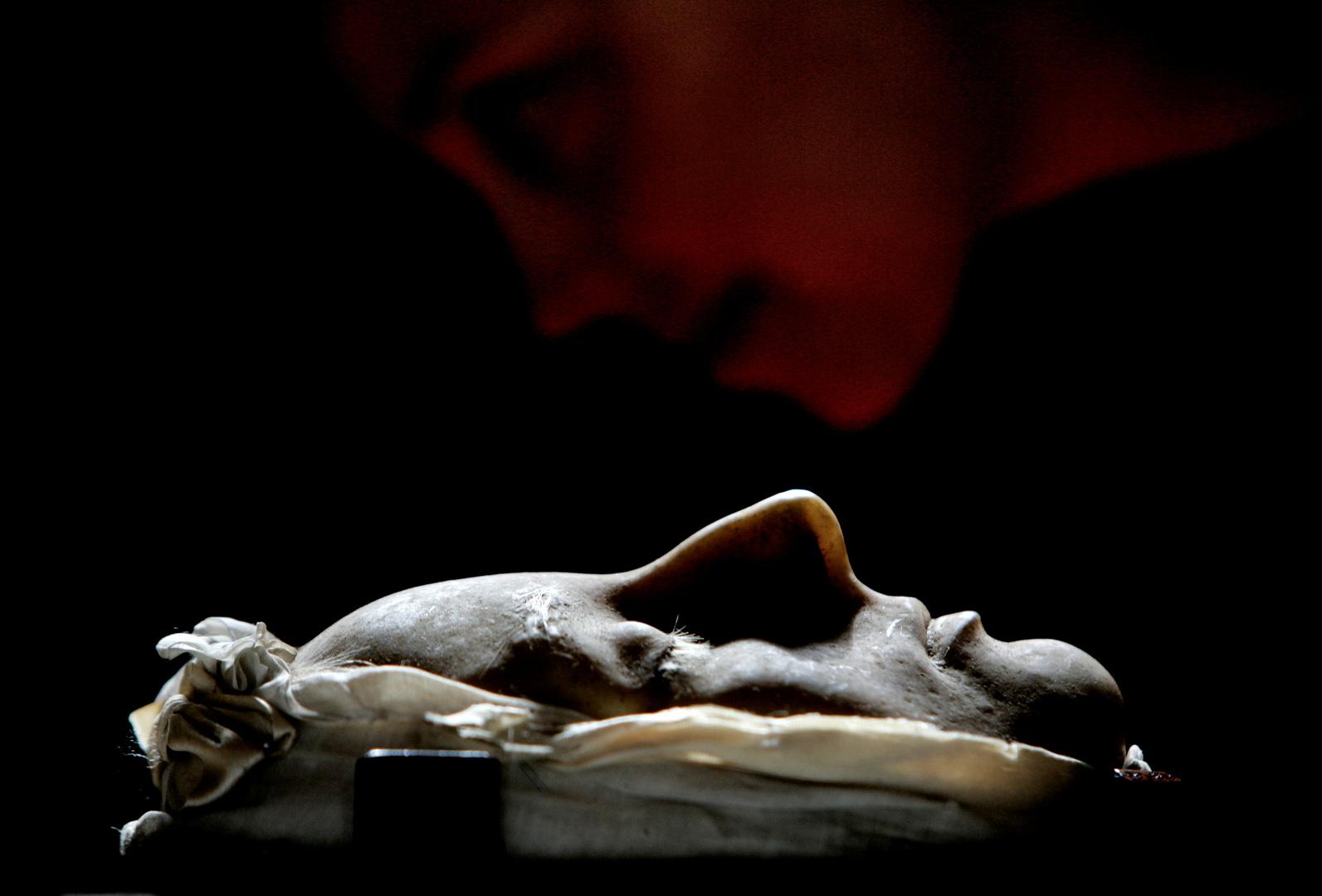 قناع الموت الشمعي لملكة اسكتلندا ماري صنع في عام 1587 بعد إعدامها
