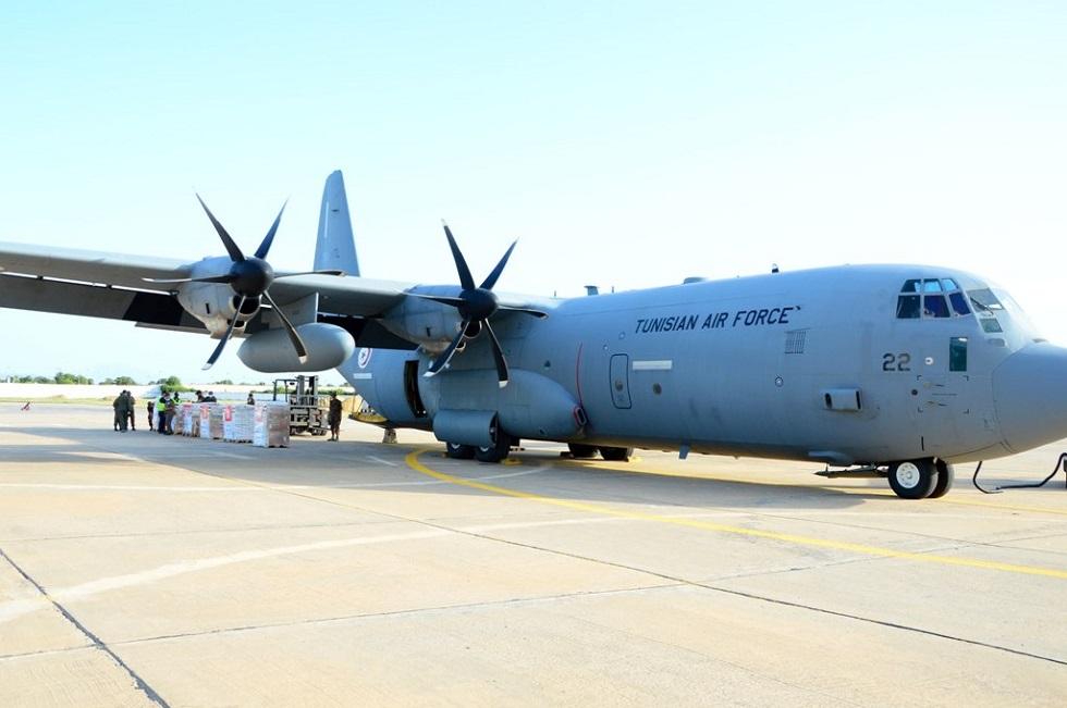 في انتظار إرسال ثانية.. وصول طائرة عسكرية تونسية إلى القاهرة محملة بمساعدات لغزة (صور)