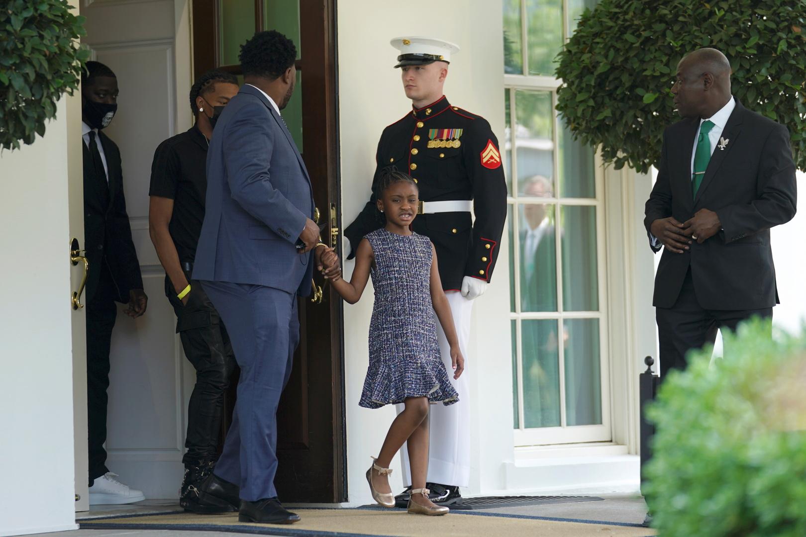 عائلة جورج فلويد تلتقي بايدن.. ولفتة مؤثرة من ابنته أمام البيت الأبيض (فيديو)