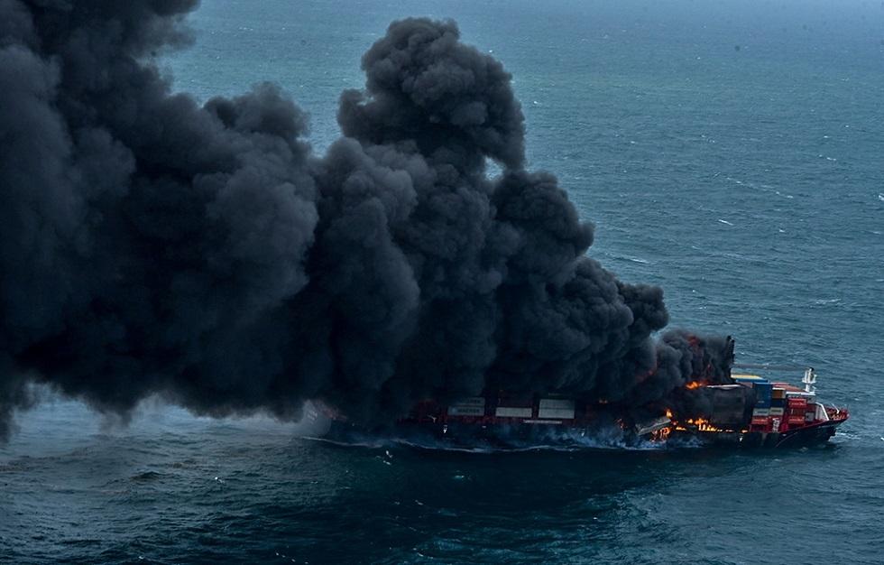 سريلانكا أمام كارثة بحرية ناجمة عن احتراق سفينة (صور + فيديو)