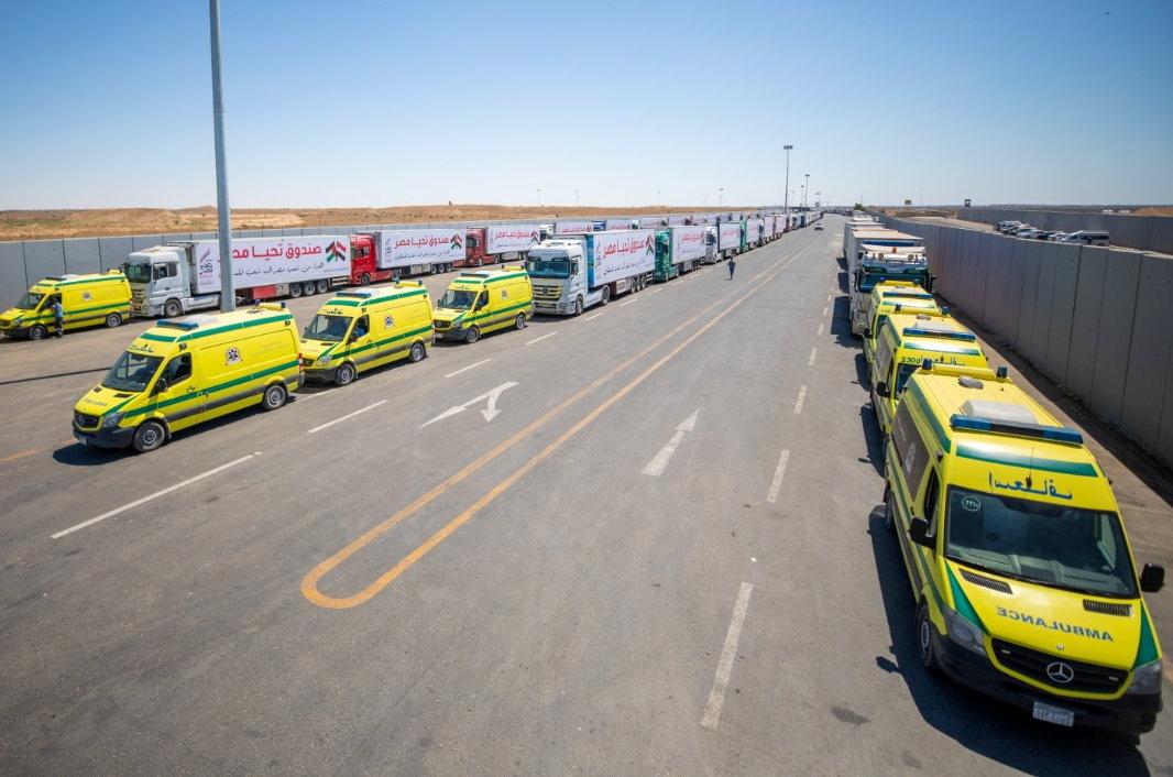 قافلة مساعدات محملة بالإمدادات من مصر عند حدود رفح