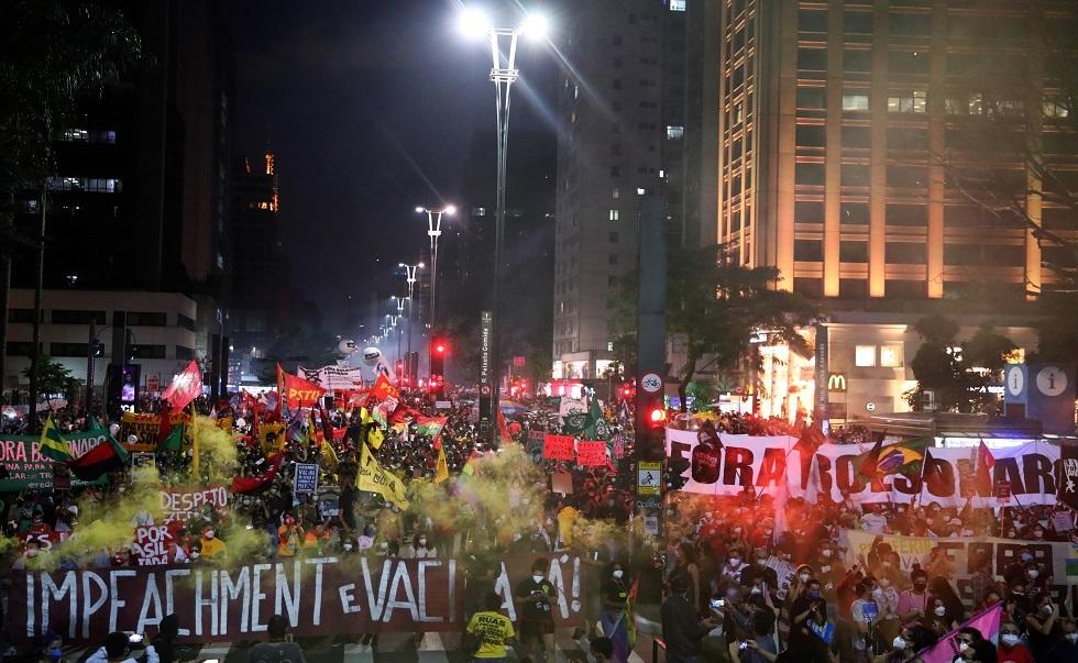 آلاف البرازيليين يخرجون في مسيرة مناوئة لرئيس البلاد