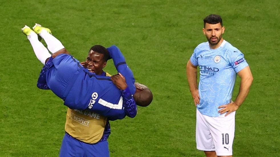 شاهد.. دموع أغويرو بسبب الهزيمة في آخر مباراة له بقميص مانشستر سيتي