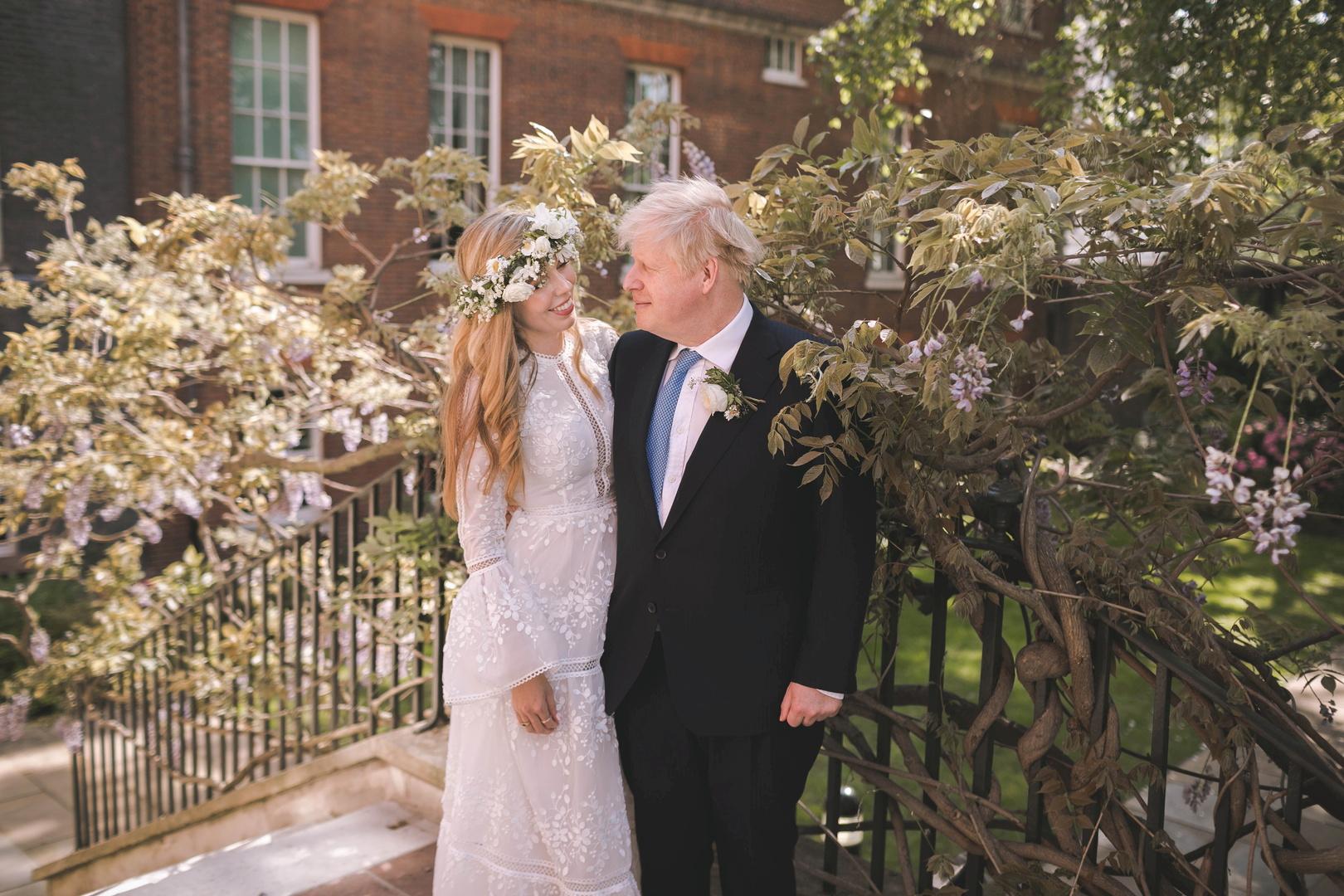 كيف يكون جونسون متزوجا لأول مرة وهو مطلق مرتين؟