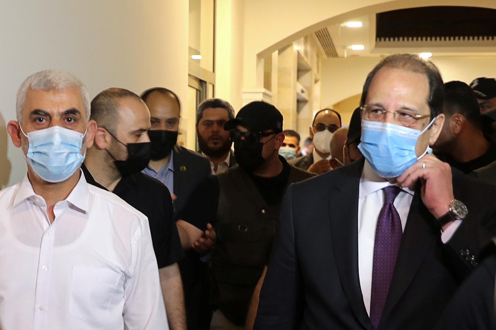 رئيس هيئة المخابرات العامة المصرية، اللواء عباس كامل، خلال لقائه في غزة رئيس المكتب السياسي لحركة