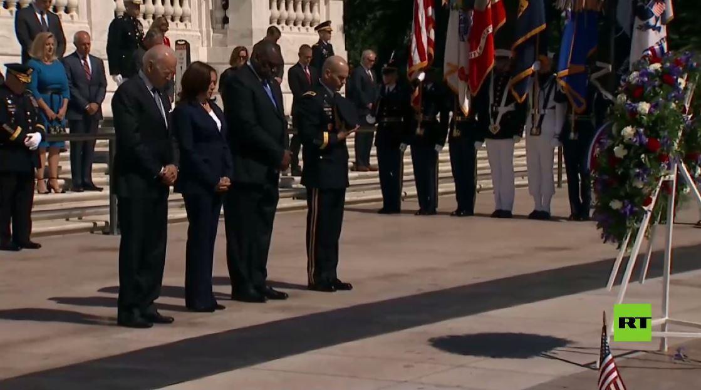 بايدن وهاريس ووزير الدفاع الأمريكي يحيون ذكرى ضحايا الحروب في مقبرة أرلينغتون