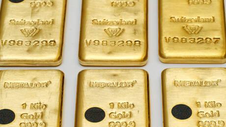 الذهب ينزل عن ذروة شهرين وقوة الدولار تحد من جاذبيته