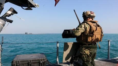 الأسطول الخامس الأمريكي يصادر شحنة أسلحة مجهولة الوجهة في بحر العرب