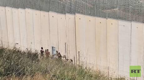 شبان لبنانيون يحاولون تكسير كاميرات مراقبة على الحدود مع إسرائيل