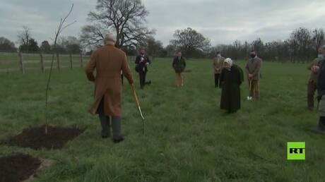 الأمير تشارلز يغرس شجرة والملكة إليزابيث تراقب