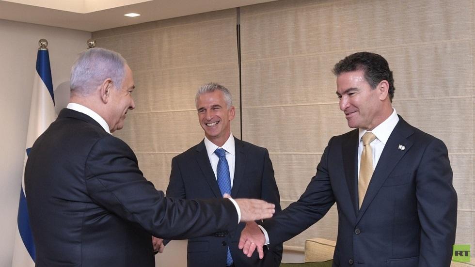 رئيس الوزراء الإسرائيلي بنيامين نتنياهو ورئيسا الموساد السابق يوسي كوهين والحالي دافيد دادي برنيع
