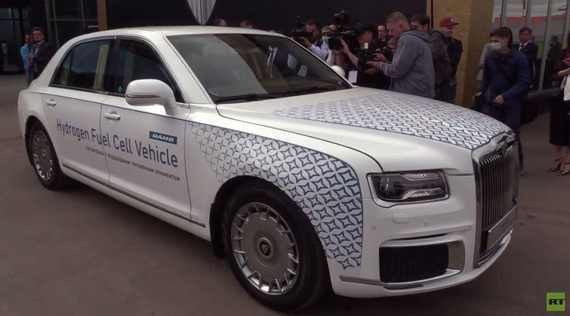 وزير الصناعة الروسي يختبر موديل سيارة