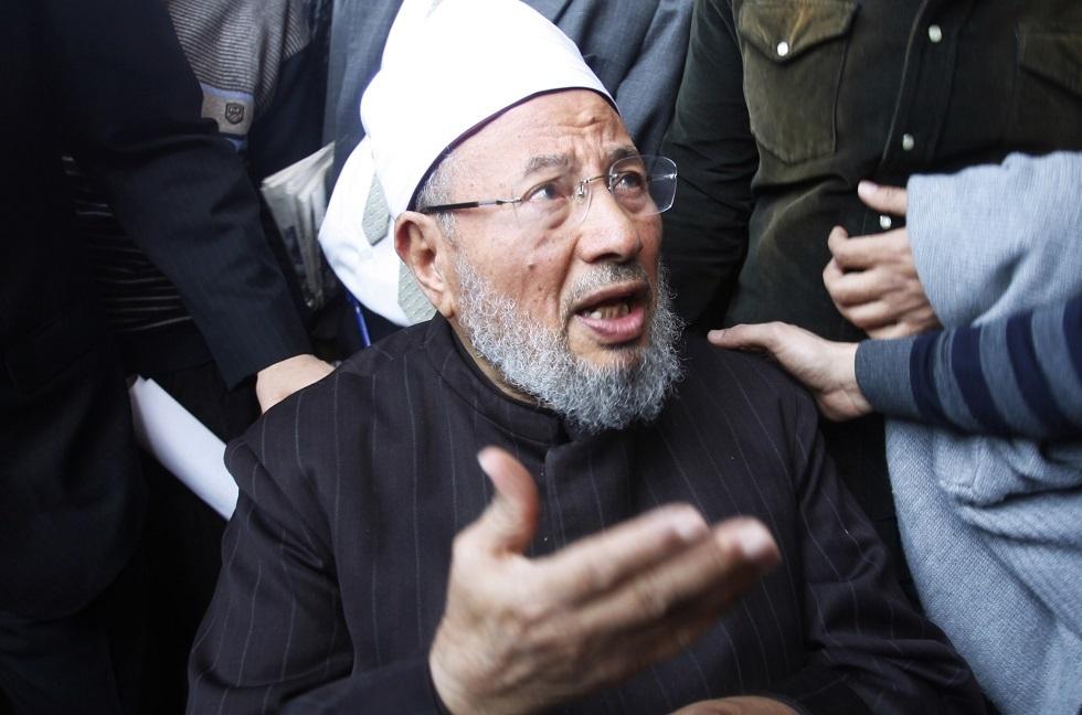 الشيخ يوسف القرضاوي يغادر المستشفى بعد إصابته بكورونا