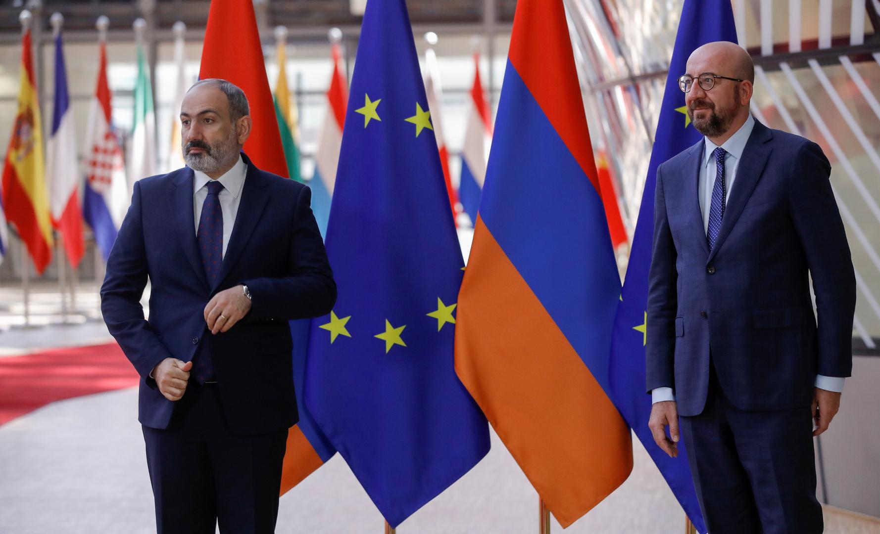 رئيس المجلس الأوروبي شارل ميشيل والقائم بأعمال رئيس الوزراء الأرمني نيكول باشينيان