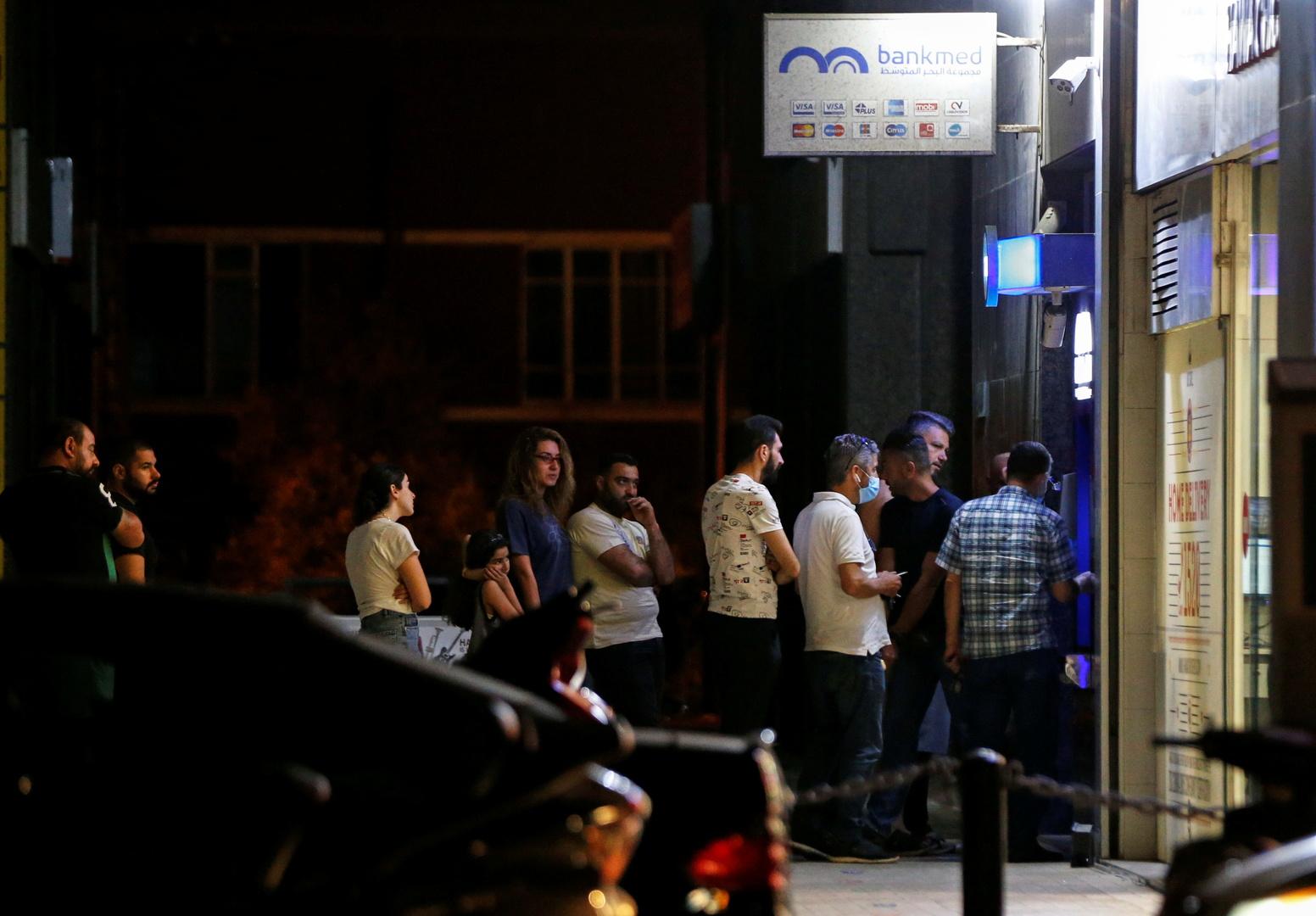 احتجاجا على قرار مصرف لبنان.. مواطنون يقطعون الطرقات في عدد من المناطق (فيديو)