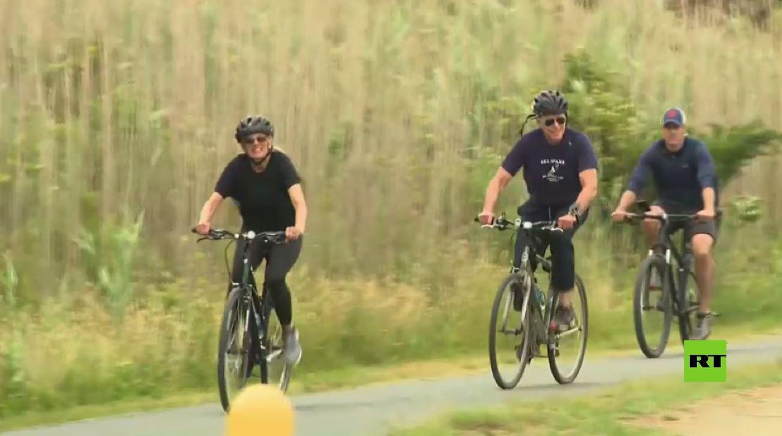 شاهد.. بايدن يقود دراجة هوائية في عيد ميلاد السيدة الأولى