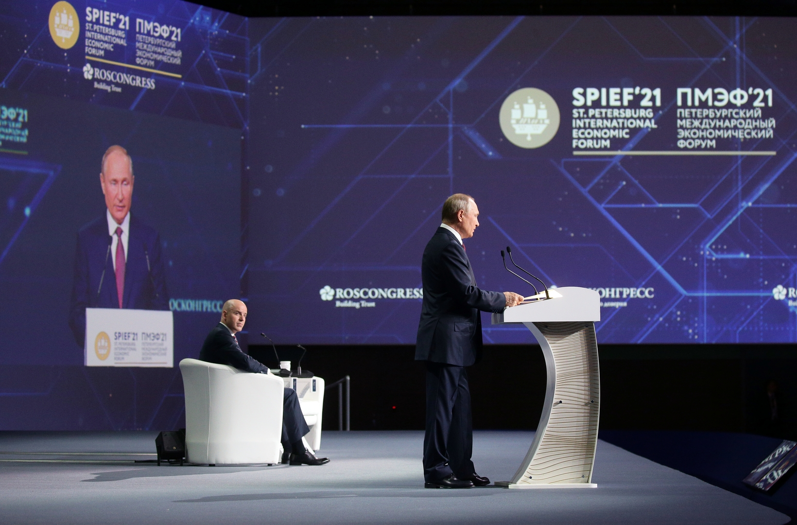 الجلسة العامة لمنتدى بطرسبورغ بمشاركة رئيس روسيا وأمير قطر والمستشار النمساوي