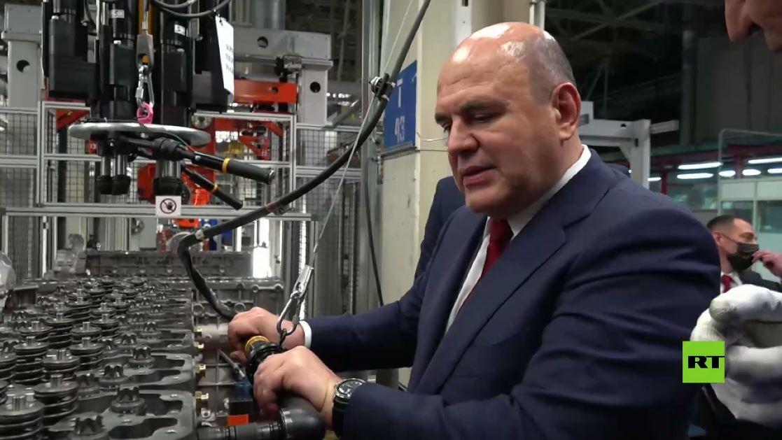 خلال زيارته لمصنع كاماز.. ميشوستين يشارك في تركيب محرك ويقود شاحنة