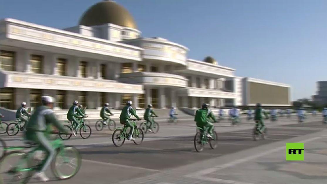 في يوم الدراجة الهوائية.. رئيس تركمانستان يقود مسيرة في العاصمة