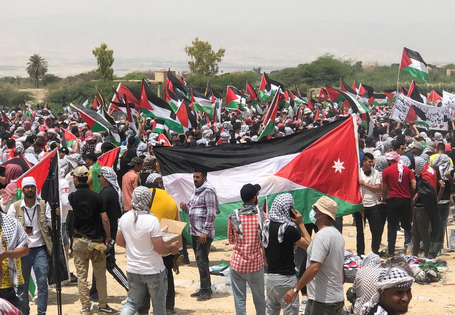 مواطنون يحملون الأعلام الأردنية والفلسطينية