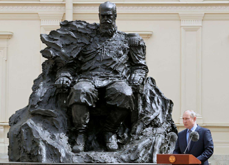 الرئيس الروسي فلاديمير بوتين يلقي كلمته في مراسم إزاحة الستار عن تمثال الإمبراطور ألكسندر الثالث