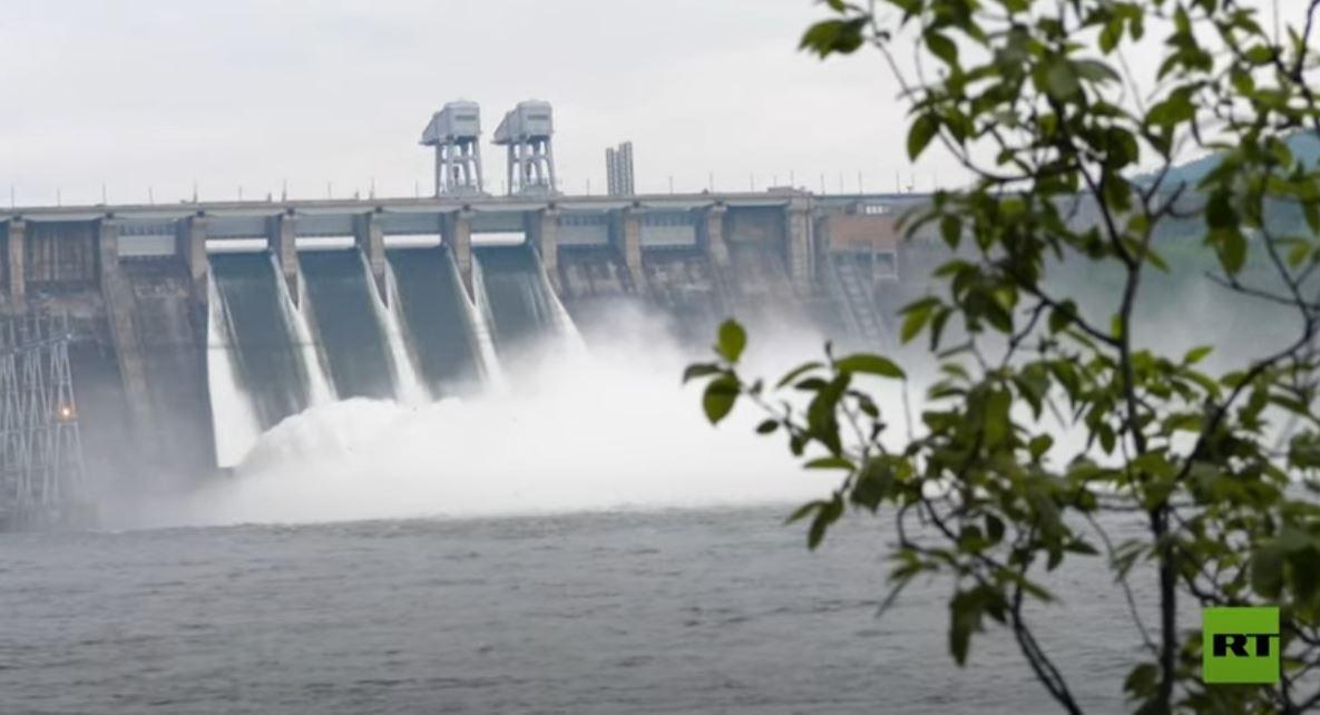 تصريف قياسي لمياه السد في محطة للطاقة الكهرمائية في روسيا