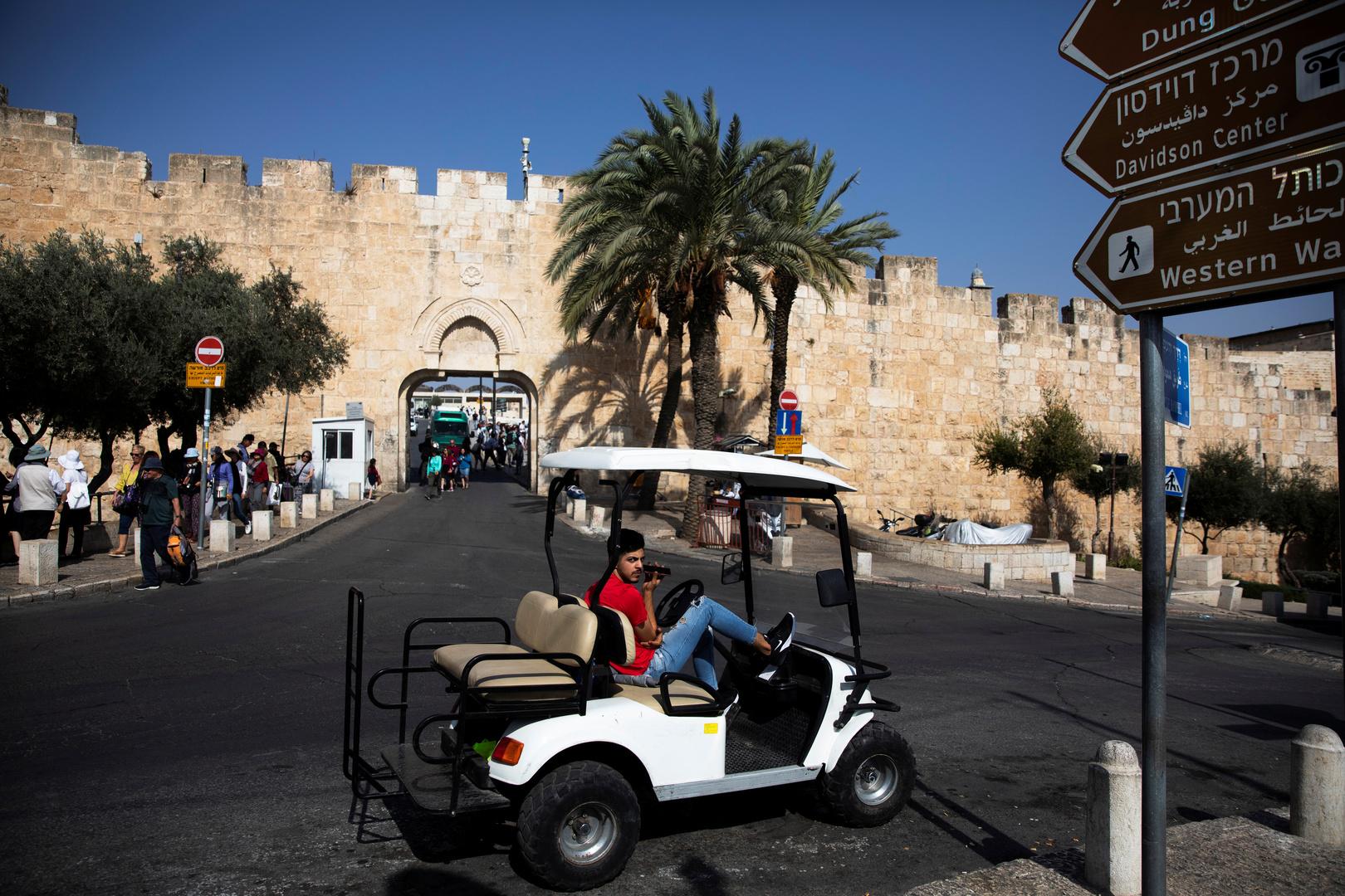 مستوطنون يضعون لافتة باللغة العبرية عند أحد الأبواب المؤدية إلى المسجد الأقصى