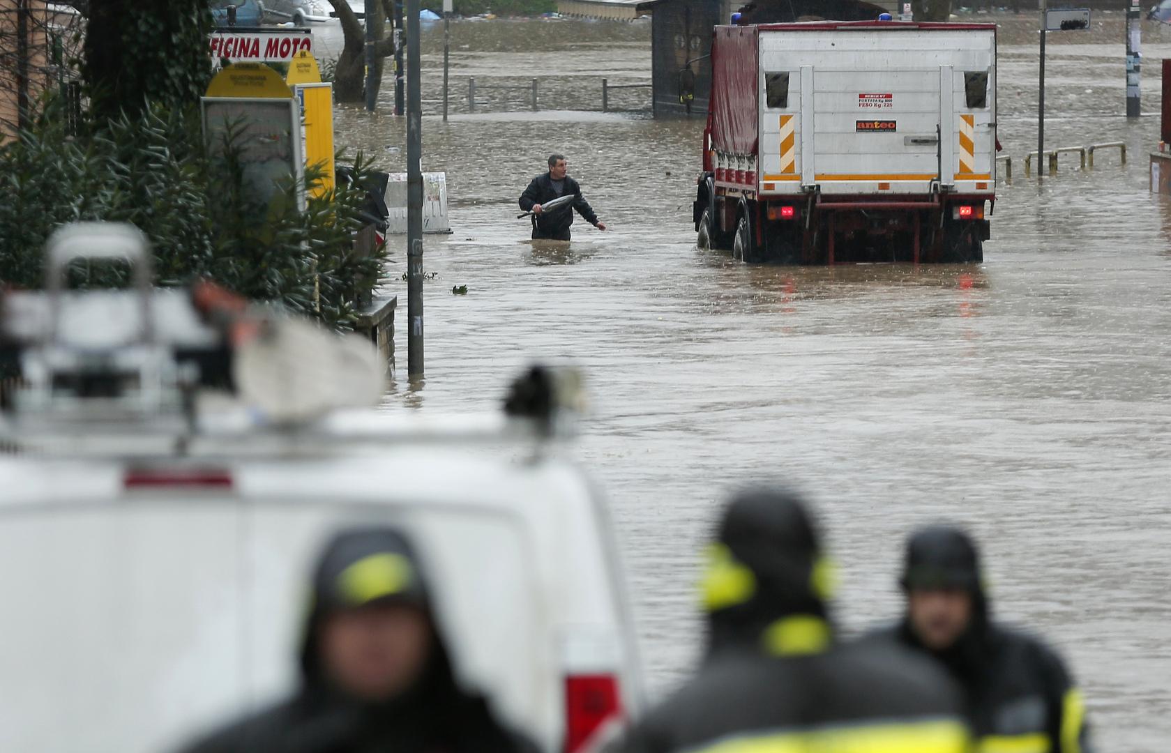 بالفيديو.. روما تغرق بمياه الفيضانات