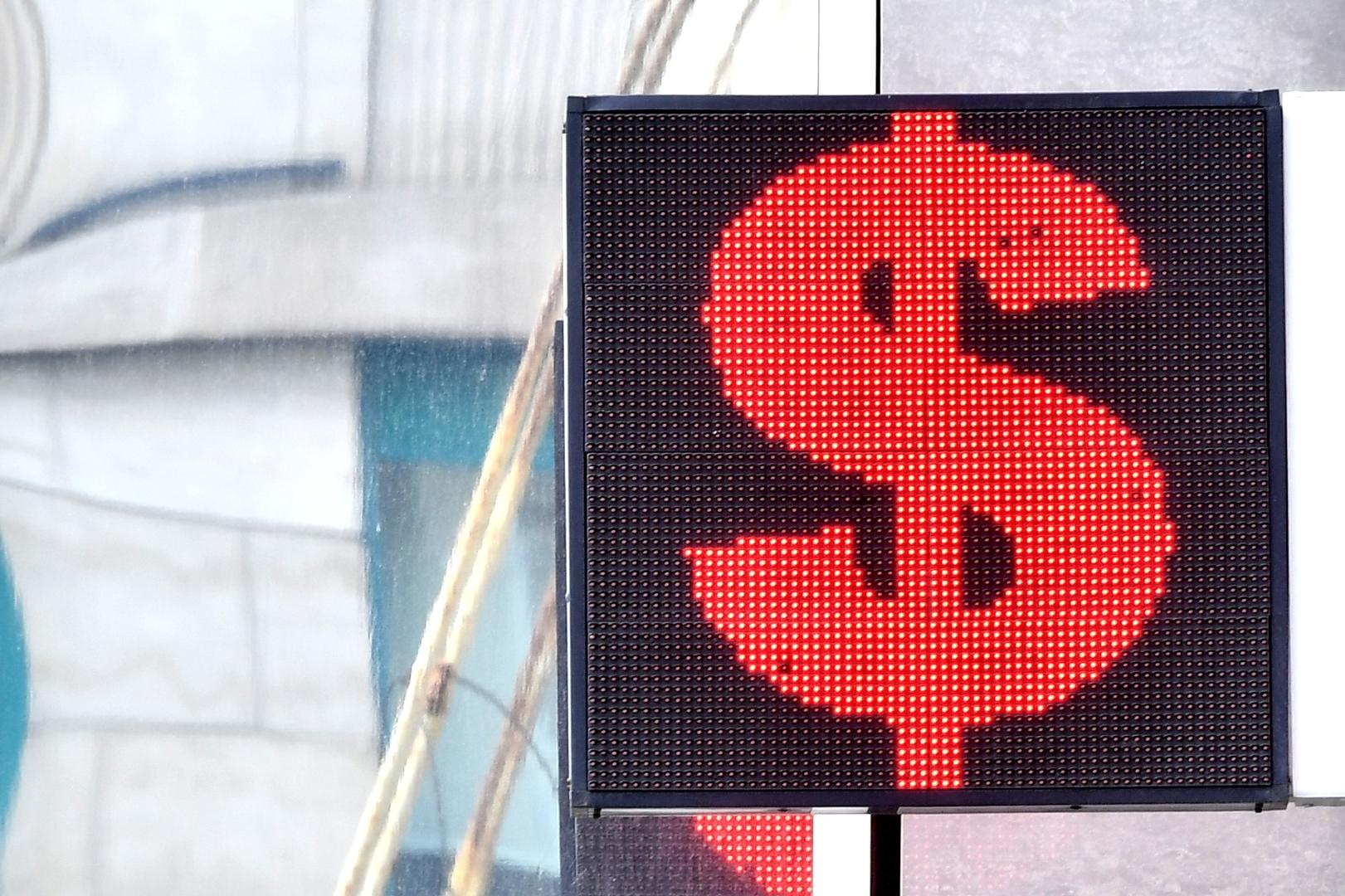 روسيا.. الدولار يهبط إلى دون مستوى 72 روبلا لأول مرة منذ نحو عام