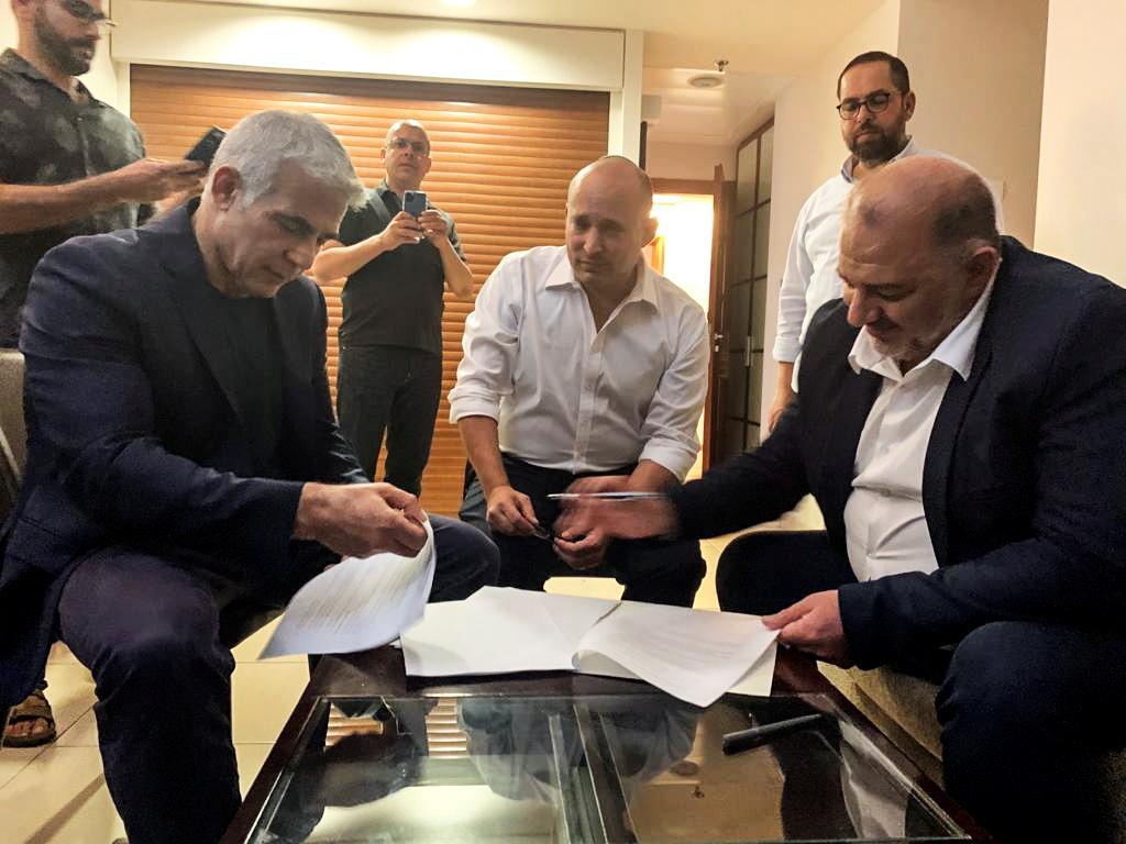 إسرائيل.. إتمام الاتفاق الائتلافي بين لابيد و