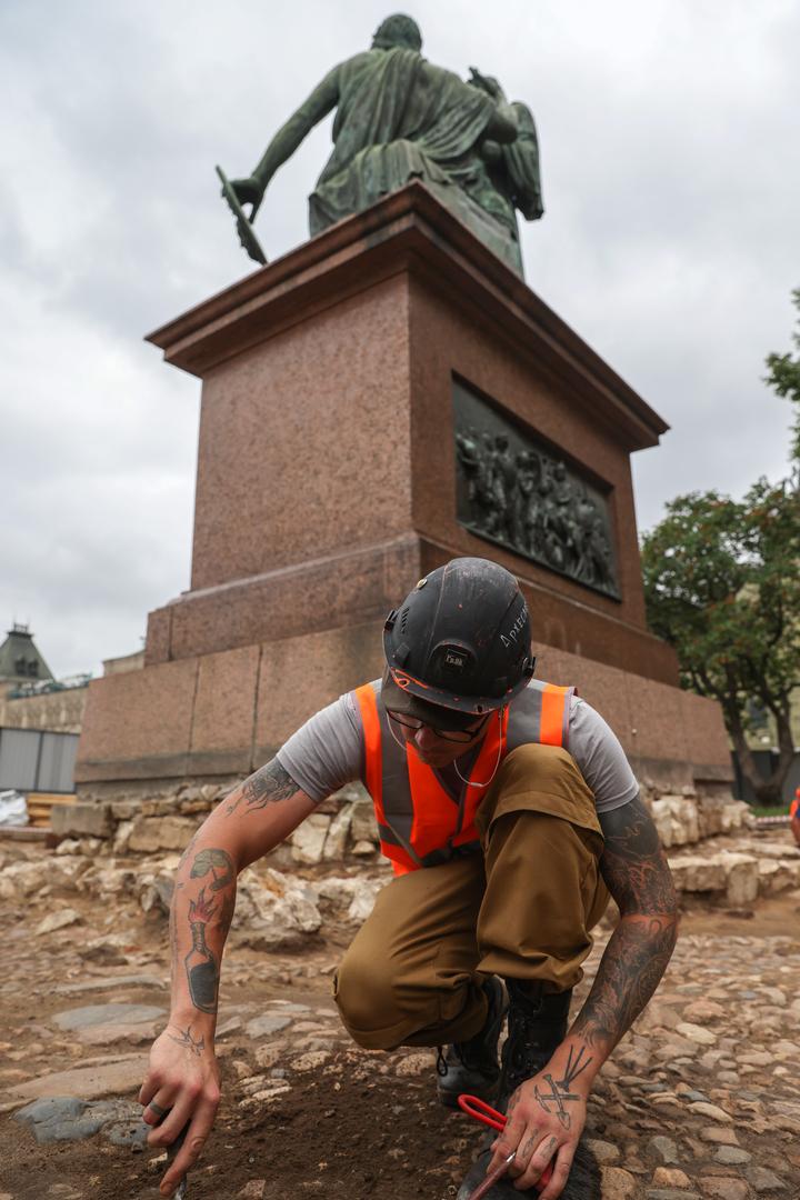 متحف التاريخ الروسي  يرمم تمثالا عريقا في الساحة الحمراء