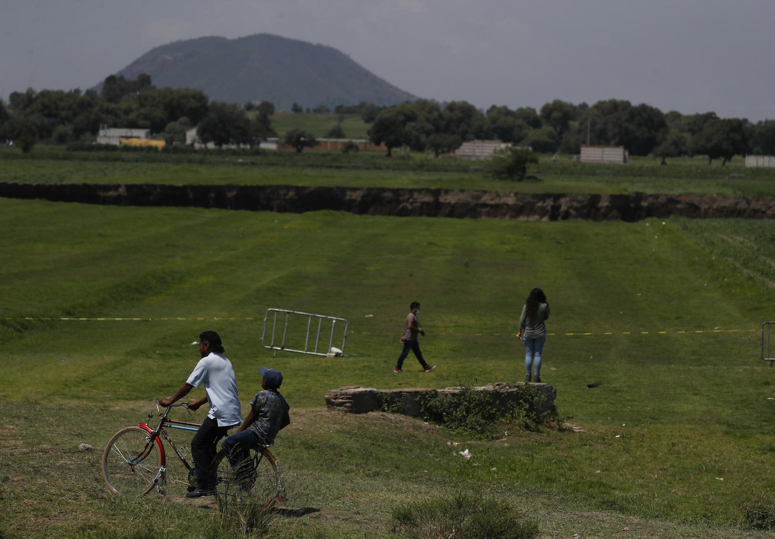 حفرة عملاقة في مزرعة بالمكسيك تتوسع وتبتلع المزيد من الأراضي (فيديو + صور)