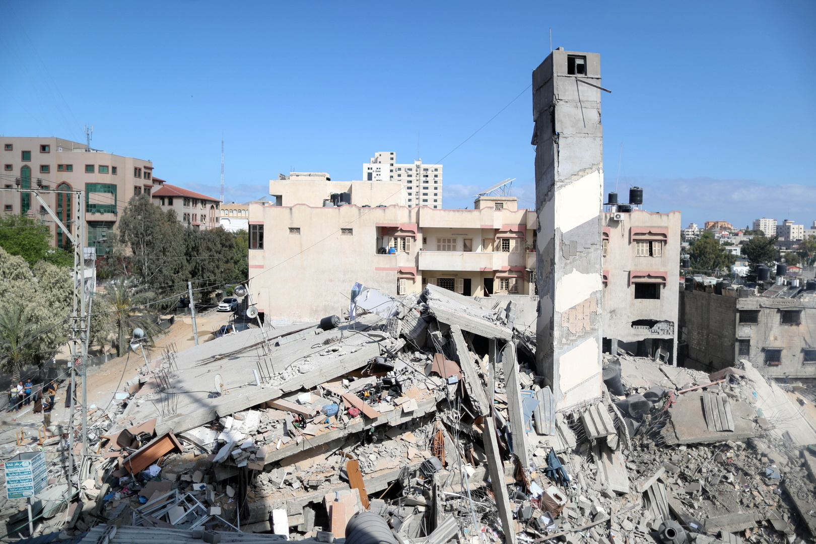 أنقاض مبان مدمرة جراء غارات إسرائيلية على قطاع غزة.