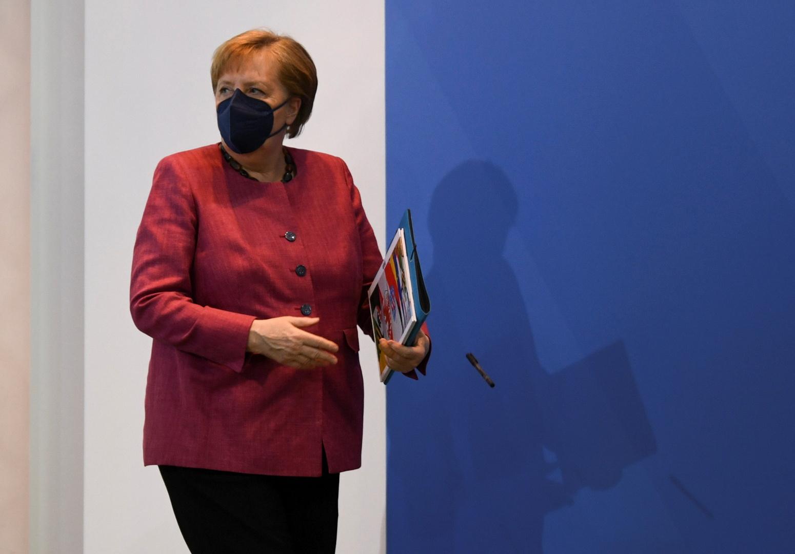 مصادر: ميركل ستتوجه إلى قمة G7 على الرغم من حالات كوفيد في فندق حراسها