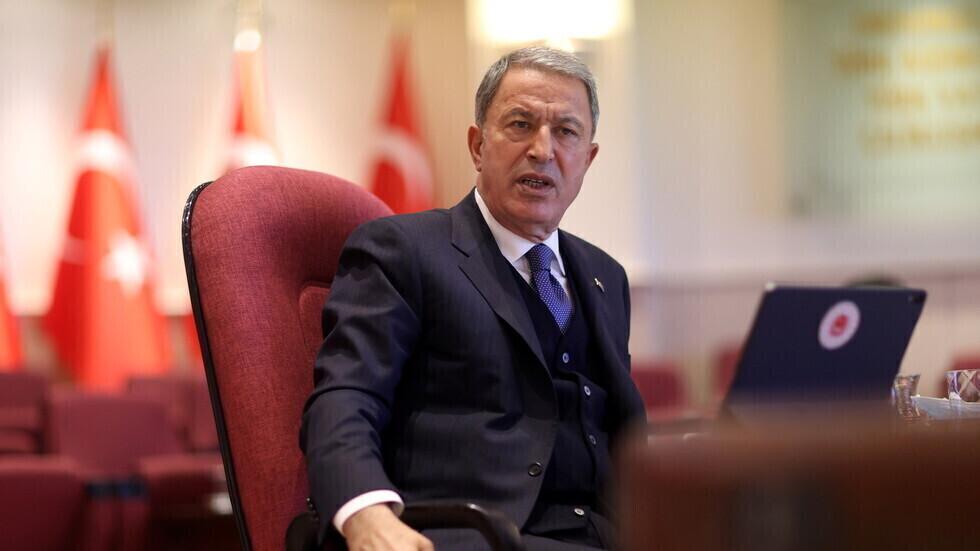 وفد تركي رفيع يضم وزير الدفاع يصل ليبيا في زيارة غير معلنة مسبقا