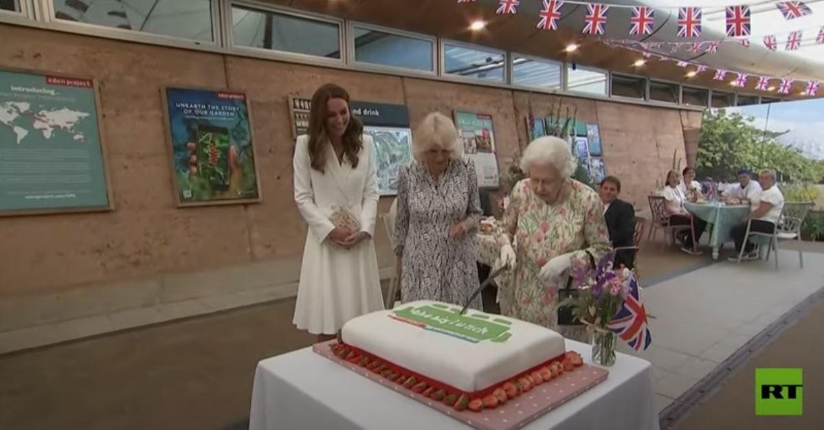 شاهد.. الملكة إليزابيث تستخدم سيفا لقطع كعكة كبيرة