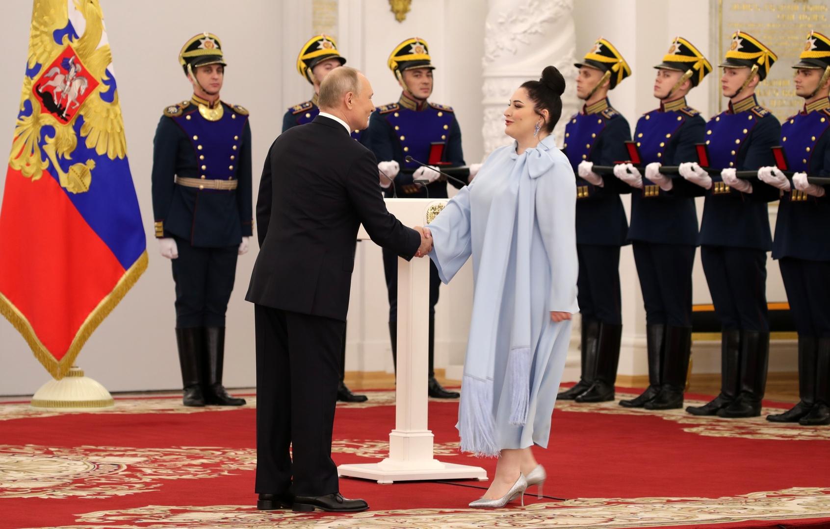 الرئيس الروسي فلاديمير بوتين ومغنية الأوبرا هيبلا غيرزمافا في الكرملين