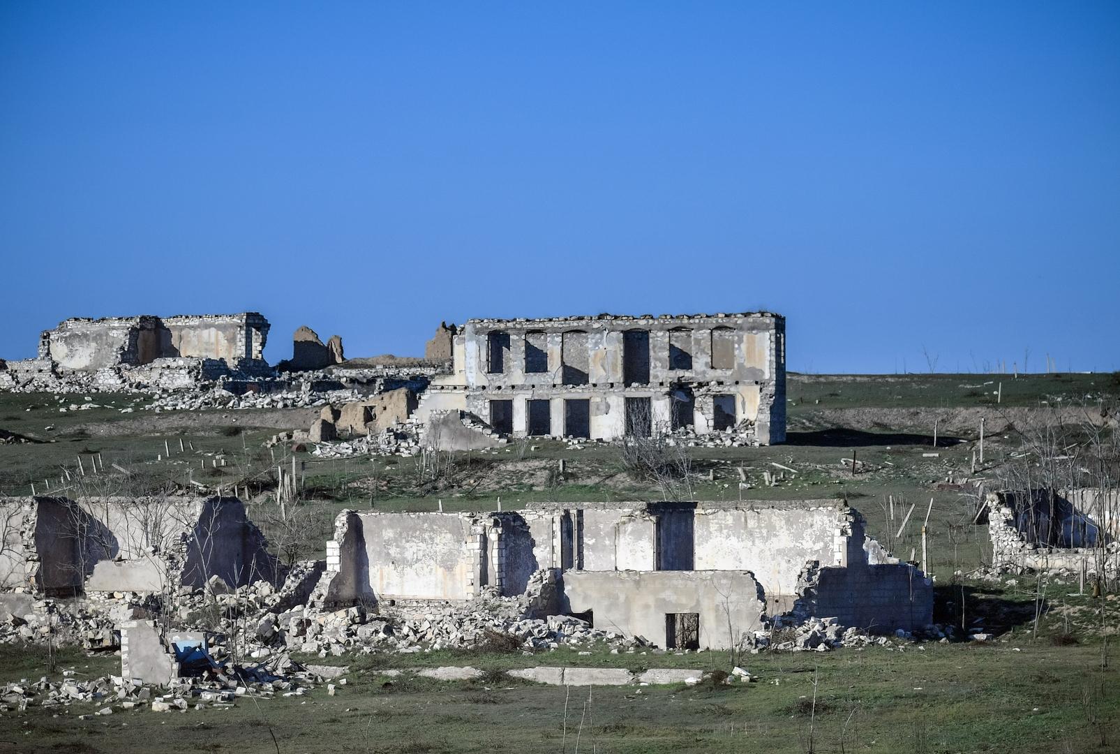 أذربيجان تسلم إلى أرمينيا 15 أسيرا مقابل خرائط حقول ألغام