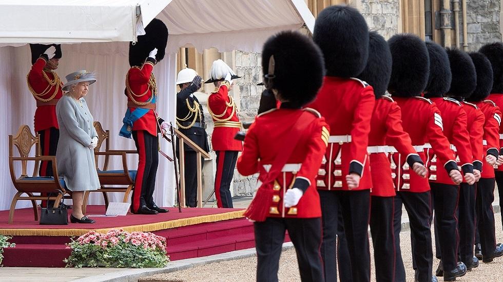 الملكة إليزابيث تشهد مراسم ميلادها السنوية للمرة الأولى دون فيليب