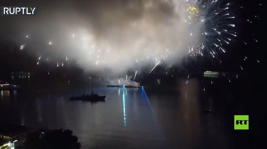 عرض ضوئي مع ألعاب نارية في سماء سيفاستوبول بمناسبة عيد روسيا الوطني