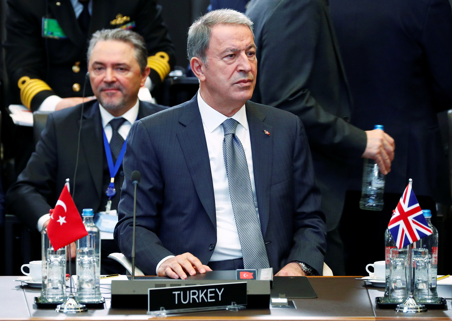 وزير الدفاع التركي يهاجم حفتر ويقول: على العالم ألا ينسى جرائمه