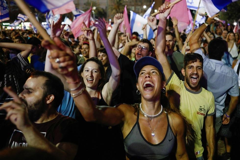 آلاف الإسرائيليين يحتفلون في تل أبيب