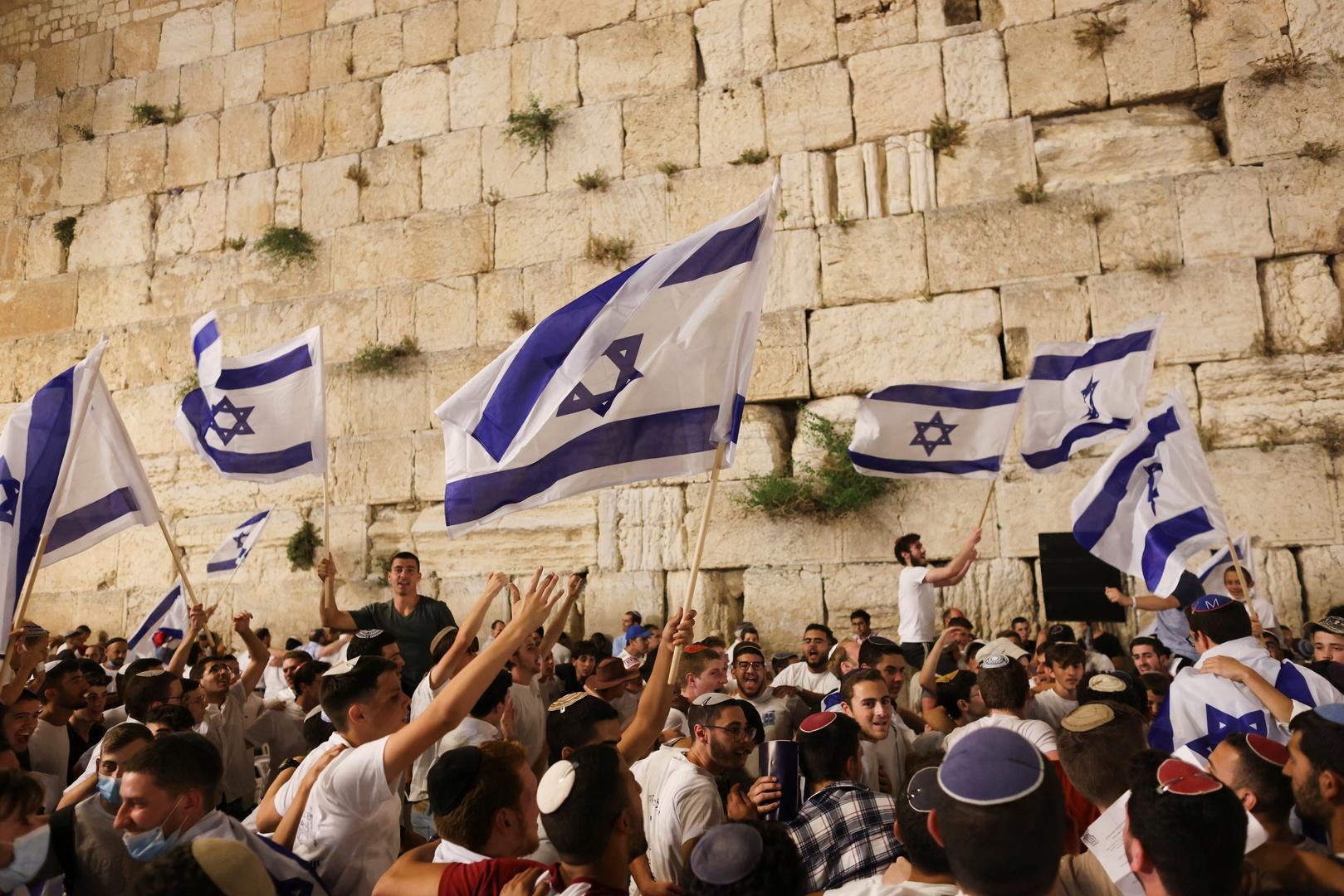 مستوطنون يحملون الأعلام الإسرائيلية في القدس