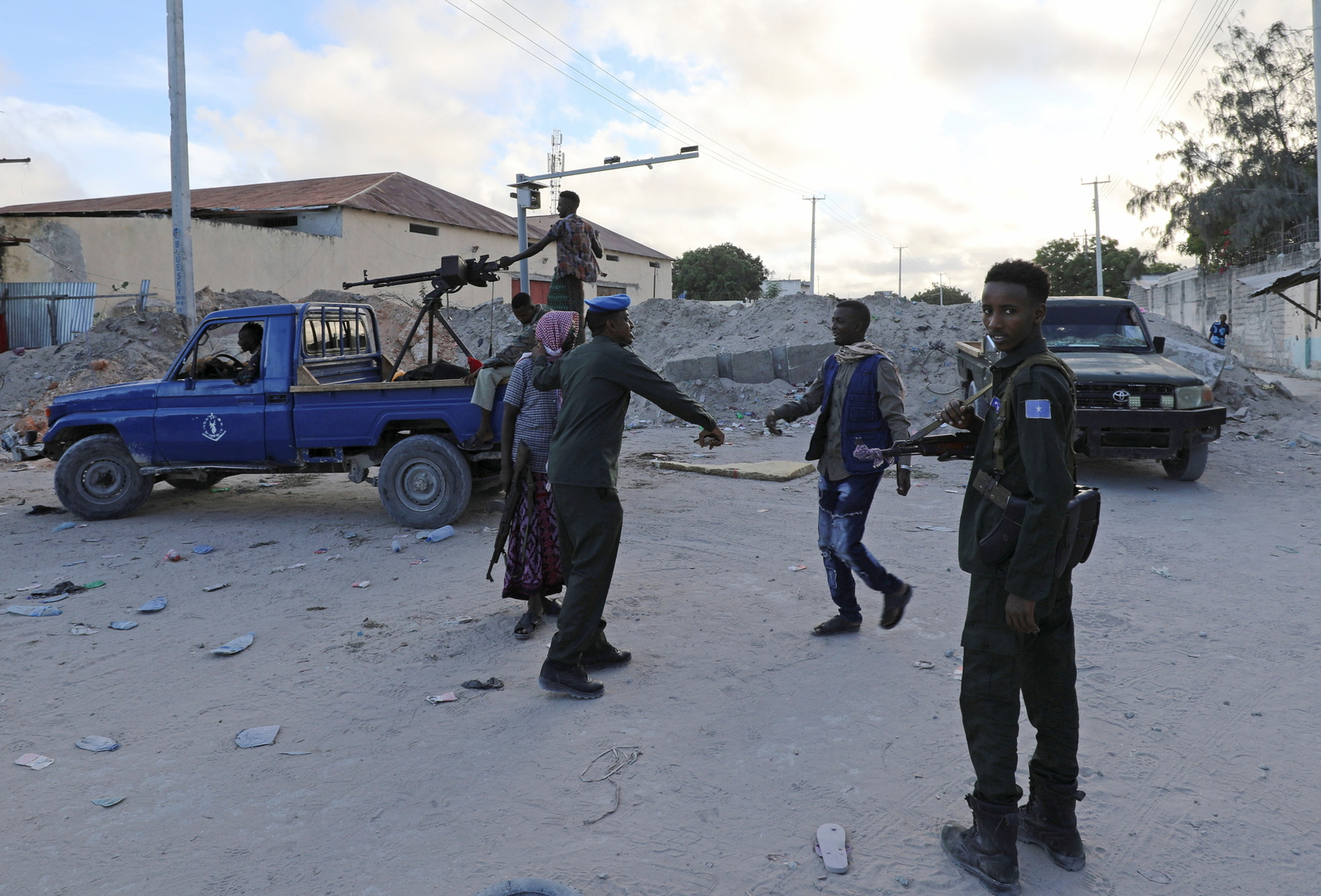 15 قتيلا على الأقل بهجوم انتحاري استهدف معسكرا للجيش في الصومال