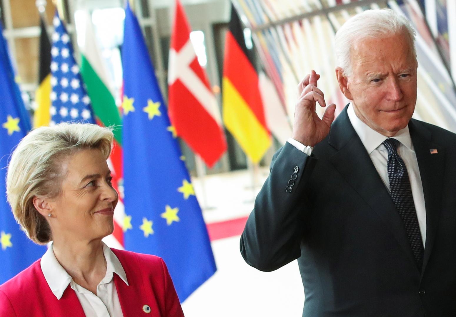 الرئيس الأمريكي، جو بايدن، ورئيسة المفوضية الأوروبية، أورسولا فون دير لاين، خلال القمة الأمريكية الأوروبية في بروكسل يوم 15 يونيو 2021.