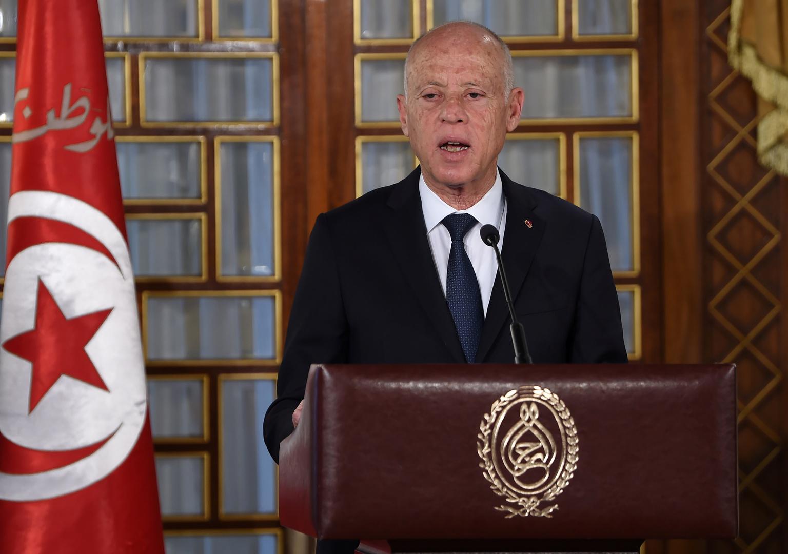 رئيس تونس يدعو إلى حوار يقود لنظام سياسي جديد وتعديل دستوري