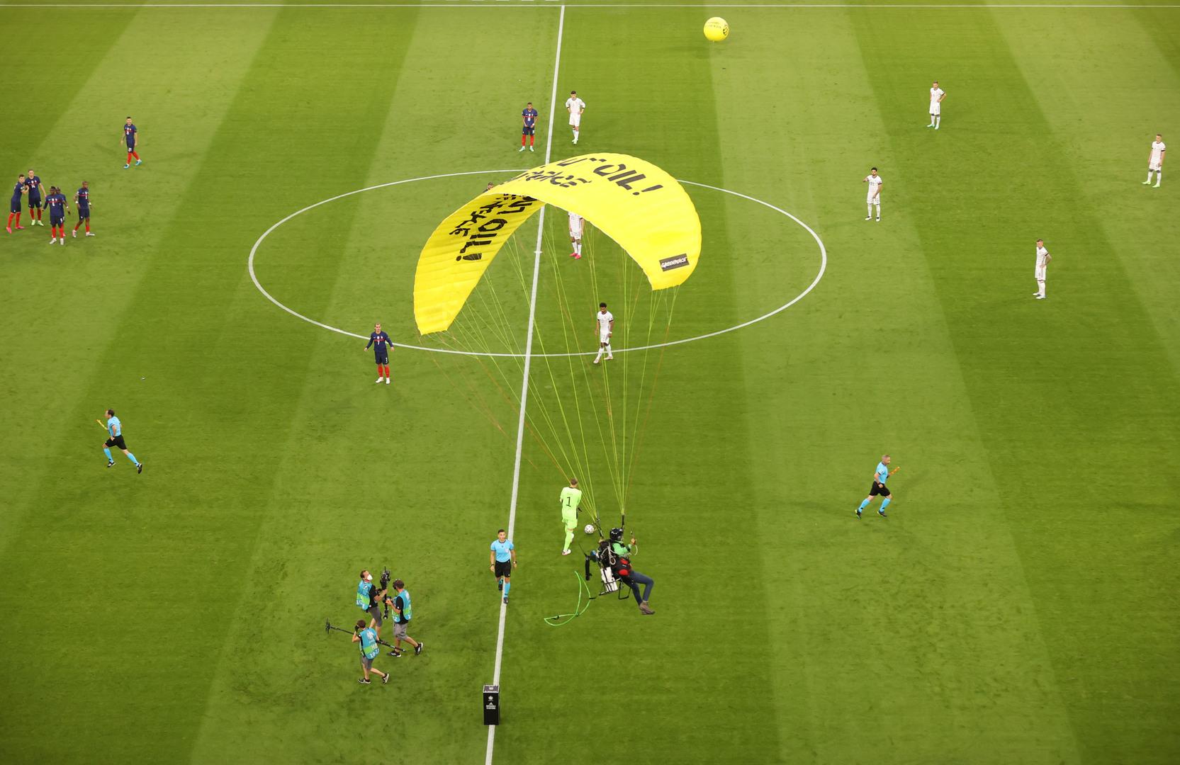 تفاصيل جديدة بشأن الاقتحام المظلي في مباراة فرنسا وألمانيا (فيديو)
