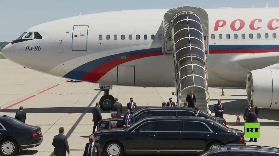 بالفيديو.. الرئيس بوتين ينزل من طائرته ويركب سيارة أوروس متوجها إلى قصر لا غرانج في جنيف