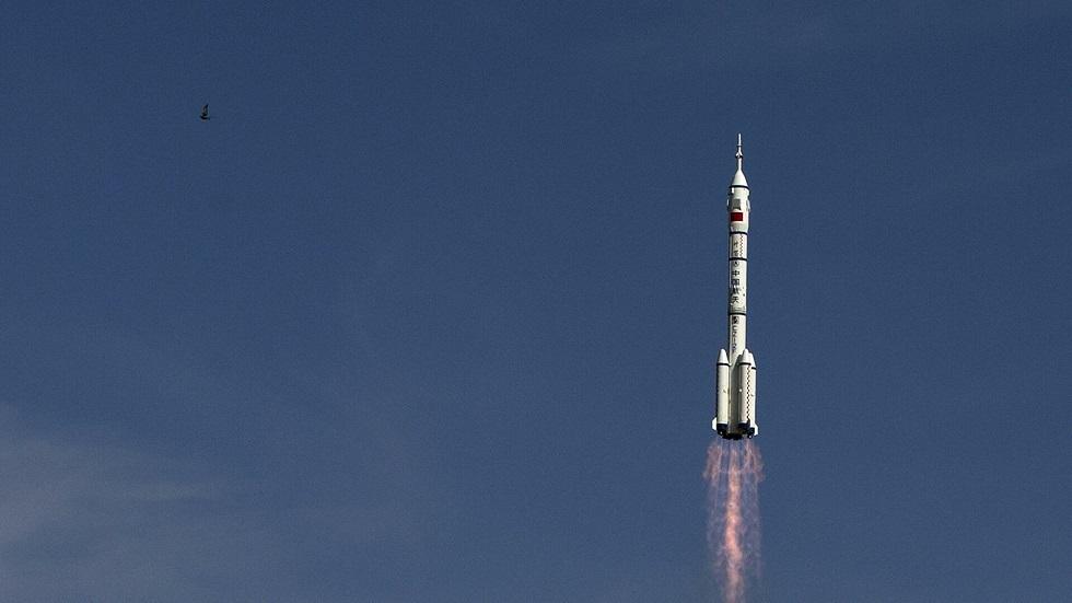 الصين تطلق بنجاح مركبة عليها ثلاثة رواد إلى محطتها الفضائية
