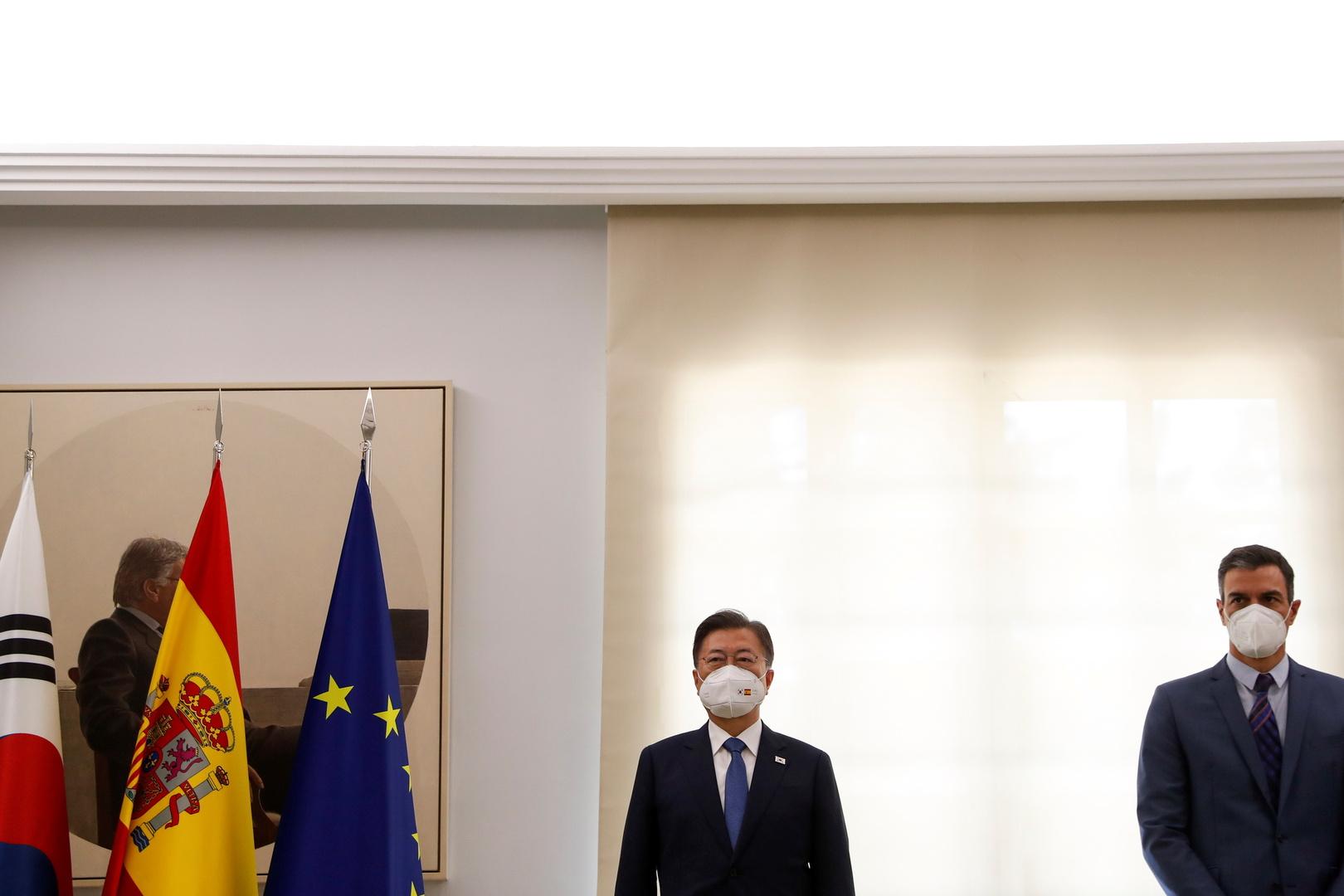 رئيس الوزراء الإسباني بيدرو سانشيز والرئيس الكوري الجنوبي مون جيه إن